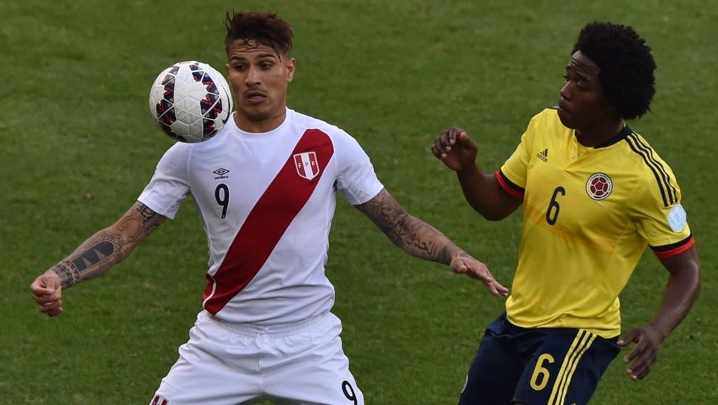 Peru-spissen Paolo Guerrero (til venstre) i duell med Colombias Carlos Sanchez i den siste matchen i gruppespillet i Copa America. Kampen endte 0-0, noe som var godt nok for avansement til kvartfinalen for begge lag.