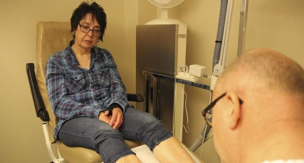 Maud Håvik (56) er diabetiker, og har på grunn av dette høy risiko for å måtte amputere. Ifølge Diabetesforbundet kunne mange av fotamputasjonene vært unngått dersom diabetikere fikk støtte til forebyggende behandling hos fotterapeut. (Foto: Aina Fladset)