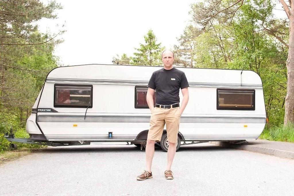 HIT, MEN IKKE LENGER: Daglig leder ved Bergen Camping Park, Hans Jørgen Tuft, er lei bilister som bruker campingplassensom snarvei for å unngå rushet nordover på E39. Han stengte likegodt veien ved hjelp av en stor campingvogn.