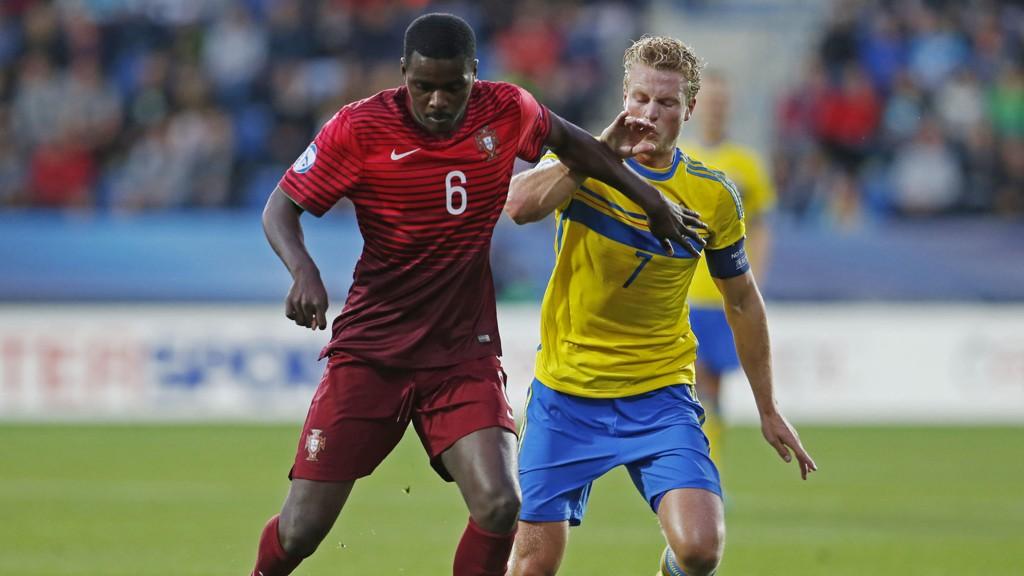 Ettertraktede William Carvalho har hatt et strålende mesterskap for Portugal. Her i duell med Oscar Hiljemark i gruppekampen mot Sverige.
