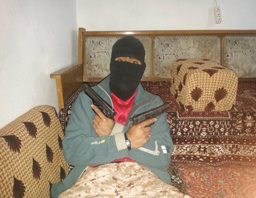 TERRORTILTALT: Bilder som dette er en del av etterforskningsmaterialet i saken mot 24-åringen fra Fredrikstad som dro til Syria.