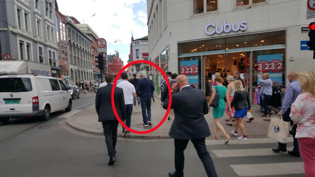 Men, er det ikke..? Jovisst er det selveste Bill Clinton, tidligere president i USA, som i fornuftige sko går gatelangs i hovedstaden tirsdag ettermiddag.