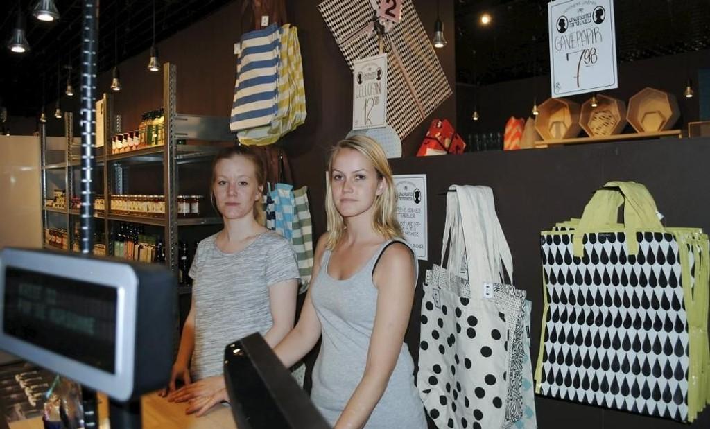 DÅRLIG LØNN: Fungerende butikksjef Solveig Hafstad og Malin Antonsen tjener henholdsvis 133 kroner- og 65 kroner i timen hos Søstrene Grene.