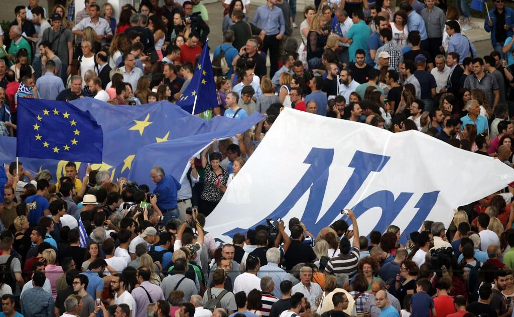 Demonstranter har skrevet ordet «ja» på gresk på et EU-flagg under en pro-euro-demonstrasjon i Aten.
