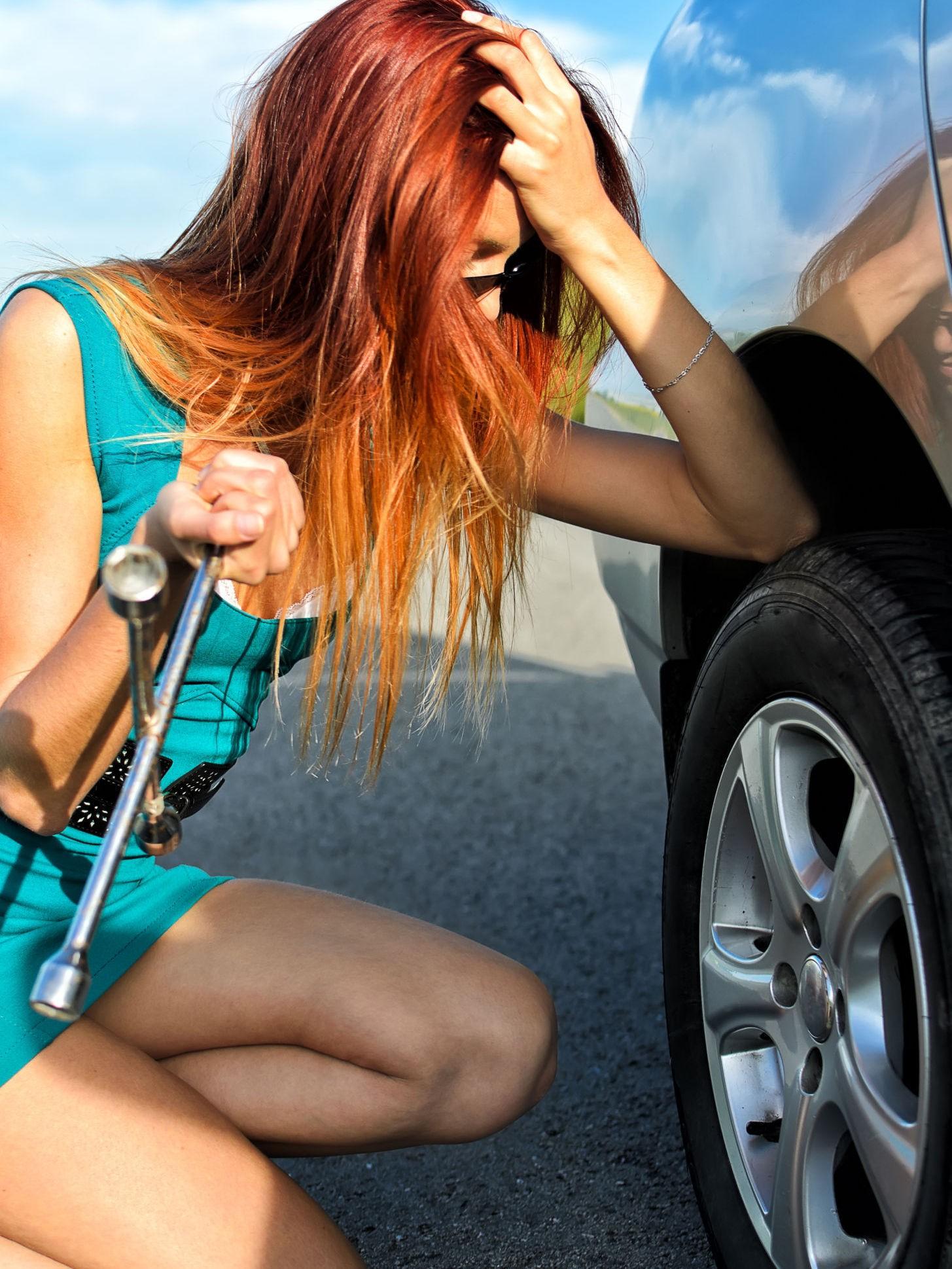 - Å skifte et punktert hjul er noe alle burde kunne. Illustrasjonsbilde.