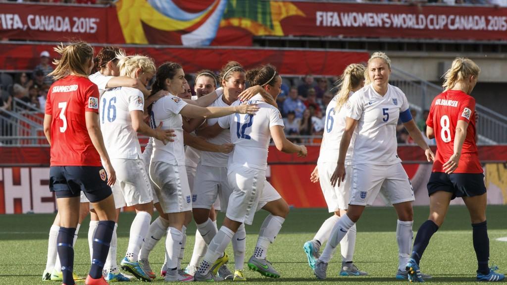 De engelske jentene jubler for scoring i 2-1-seieren over Norge i åttedelsfinalen i fotball-VM.