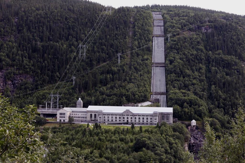 Vemork kraftstasjon ved Rjukan i Telemark ble bygd av Norsk Hydro, og sto ferdig i 1911. Under andre verdenskrig satte tyskerne i gang med tungtvannproduksjon her. Vinteren 1943 saboterte Kompani Linge tungtvannsproduksjonen, men etter kort tid startet tyskerne opp produksjonen igjen. Lokalene huser i dag Norsk Industriarbeidermuseum.