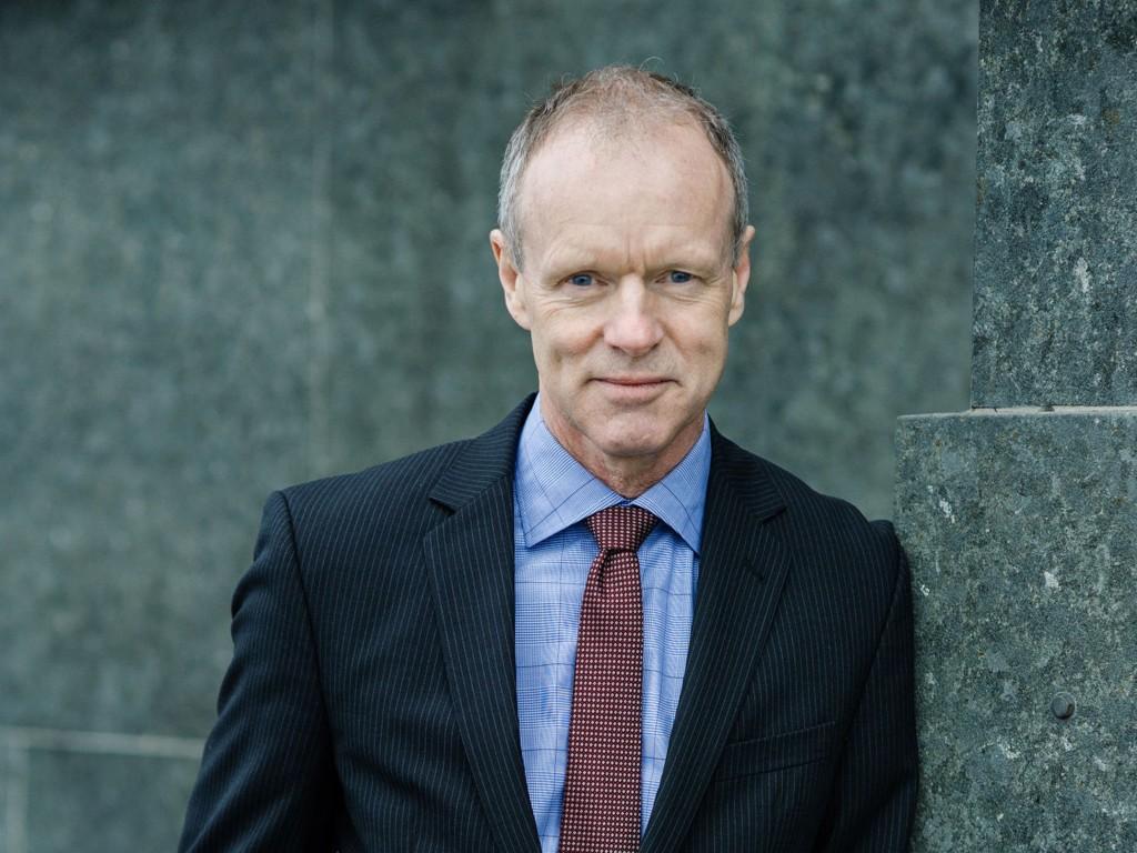Det er både et moralsk ansvar og en juridisk forpliktelse å hjelpe folk i havsnød, sier administrerende direktør Sturla Henriksen i Norges Rederiforbund. Mandag skal han til EU-parlamentet for å drøfte flyktningsituasjonen i Middelhavet.