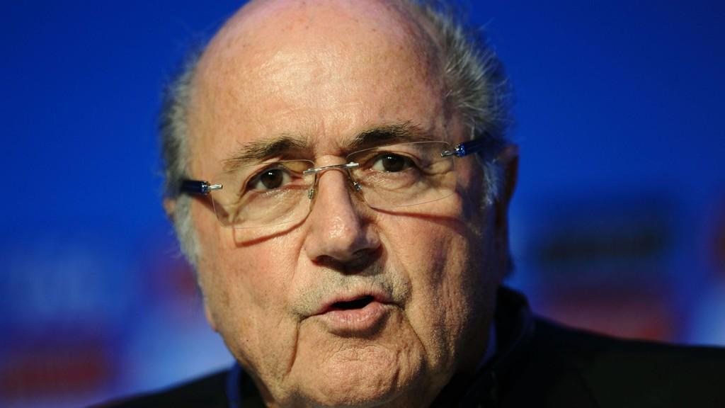 SKYLDER PÅ ANDRE: Sepp Blatter.