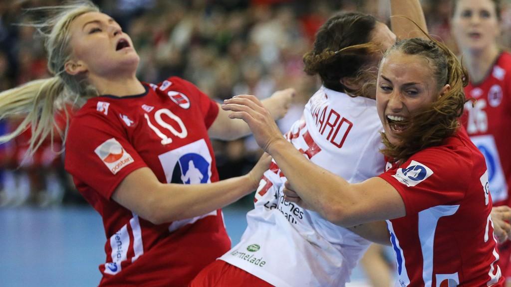Stine Bredal Oftedal (t.v) og Camilla Herrem (t.h) i duell med en dansk spiller.