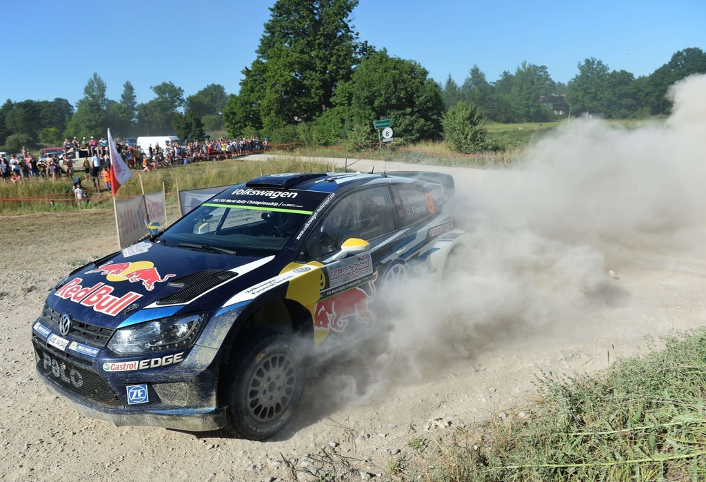 TØRRE VEIER: Rally Polen foregår på støvete underlag og gjør sikten begrenset for dem som kjører med andre biler foran. Her passerer Andreas Mikkelsen og kartleser Ola Fløene på en av fredagens etapper.