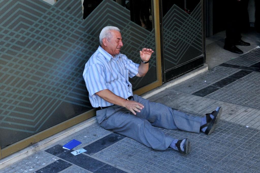 VERDEN RUNDT: Bildet av Giorgos Chatzifotiadis har blitt brukt av medier verden rundt som et bilde på hvordan gjeldskrisen i Hellas påvirker grekerne.