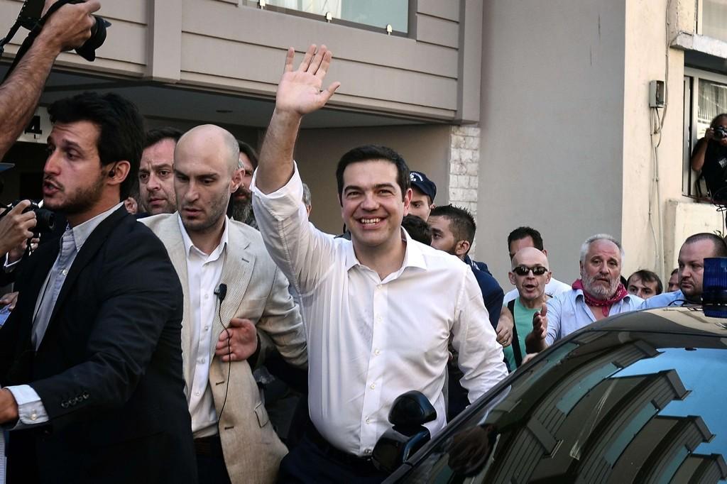 Alexis Tsipras forlater valglokalet etter å ha avgitt sin stemme i den greske folkeavstemningen søndag.