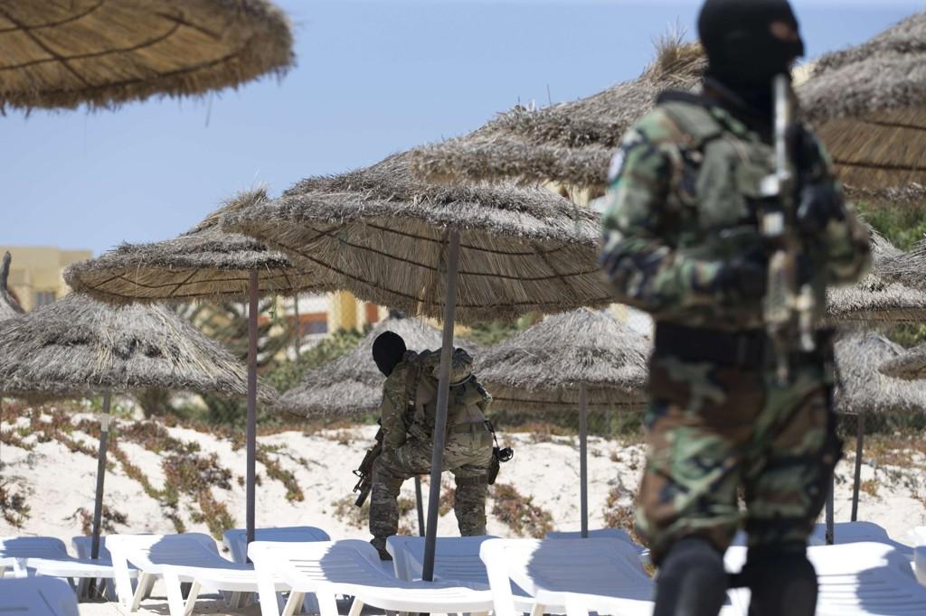 TERRORFARE: Maskerte soldater holder vakt ved Riu Imperial Marhaba Hotel i utkanten av Sousse. 26. juni ble 38 personer drept i et terrorangrep her.