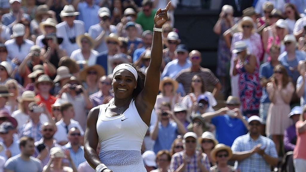 VANT: Serena Williams startet feiringen ute på centercourten etter å ha slått den spanske overraskelseskvinnen Garbiñe Muguruza i to strake sett lørdag. Dermed sikret Williams seg sin sjette Wimbledon-triumf.