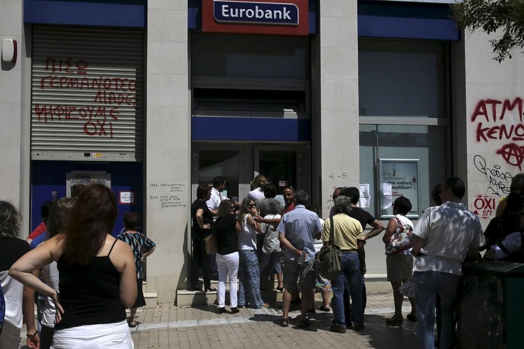 Folk står i kø utenfor en bank i Aten. I helgen holdes hastemøte om Hellas i Brussel, hvor finansministrene i eurosonen diskuterer om de skal åpne formelle forhandlinger med Hellas om et tredje kriselån til en skakkjørt gresk økonomi.