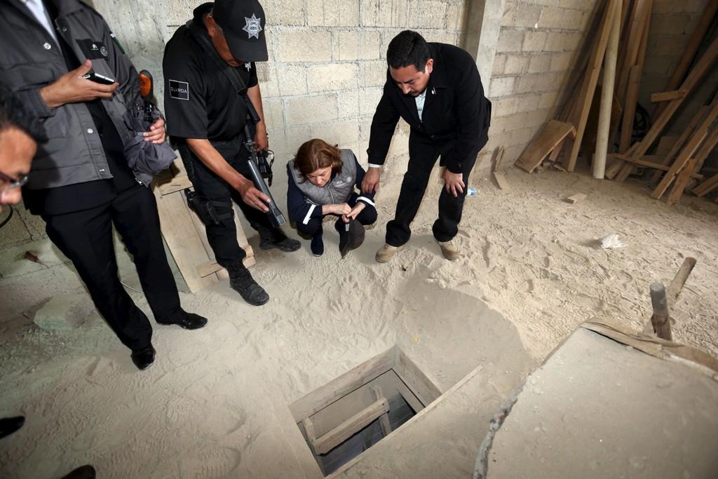 Mexicos justisminister Arely Gómez Gonzalez ser oppgitt ned i hullet der narkotikabaronen Joaquin 'El Chapo' Guzman flyktet søndag.