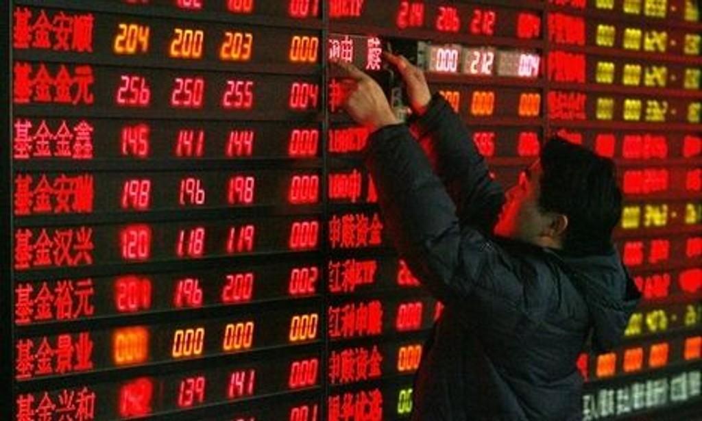 BØRSEN I SHANGHAI: Kina importerer mindre og eksporterer mer.