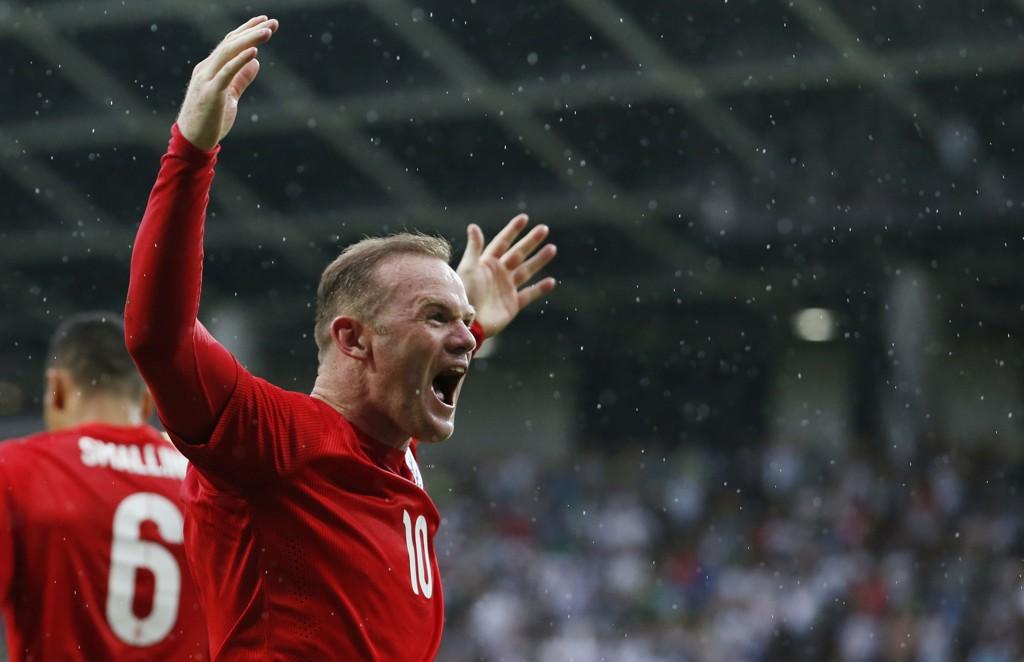 PÅ TV: Wayne Rooney og Chris Smalling (i bakgrunnen) blir å se på TV denne uken.
