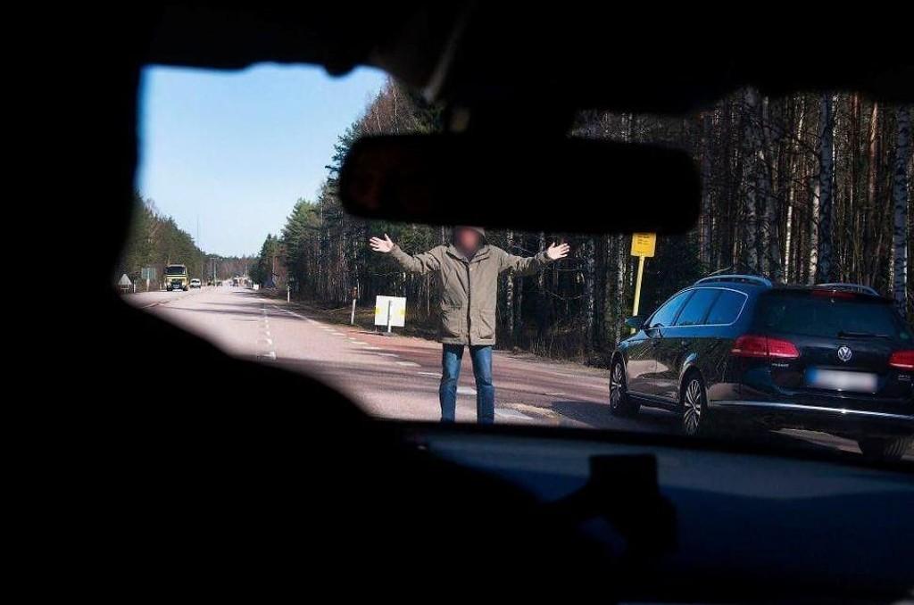 PIRATER: Har du tenkt deg til Sverige i ferien, så ikke stans for å hjelpe folk langs E6. Det er den klare oppfordringen fra politiet i Sverige etter flere meldinger om at såkalte veipirater skal være på ferde igjen.