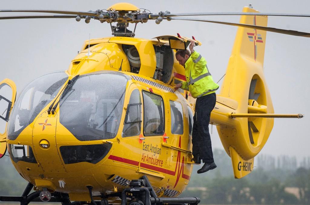 Prins William startet mandag som pilot for East Anglian Air Ambulance (EAAA). Her er han avbildet på Cambridge lufthavn.