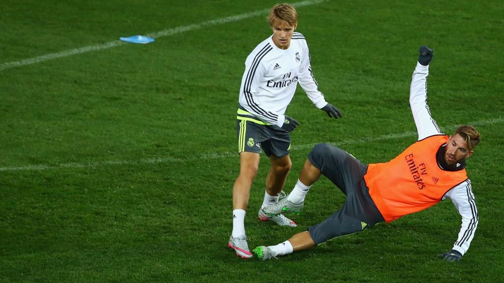 Martin Ødegaard, her i duell med Sergio Ramos, får skryt av sin nye sjef Rafael Benitez.