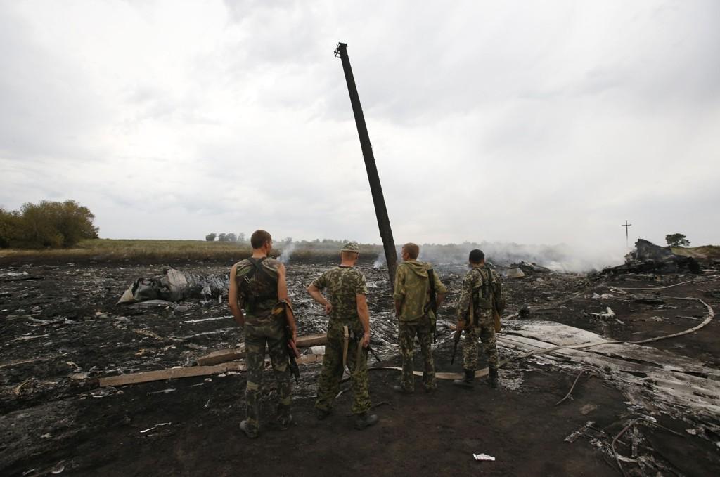 Væpnede prorussiske separatister på stedet hvor Malaysia Airlines' flygning MH17 ble skutt ned 17. juli 2014. Nye videoopptak skal vise separatister som filmer like i etterkant av at flyet styrtet.
