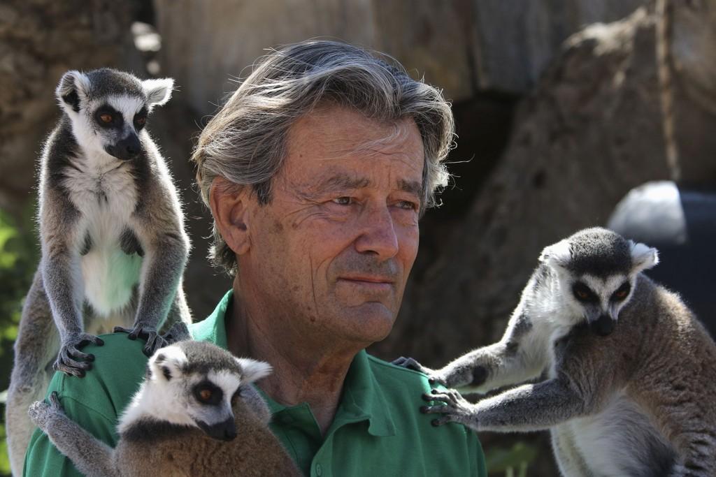 Jean-Jacques Lesueur omgitt av lemurer fra Madagaskar i dyreparken Attica i Athen.
