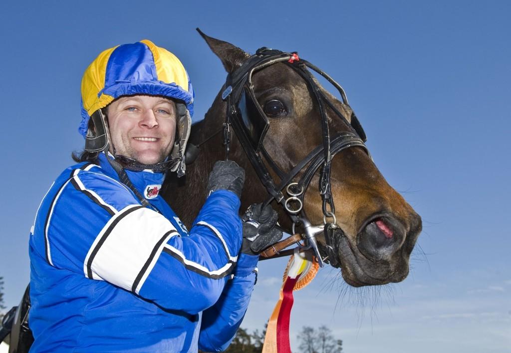 Erik Adielsson kjører en av dagens tyngste V4-favoritter. foto_Roger Svalsr¿d_hesteguiden.com