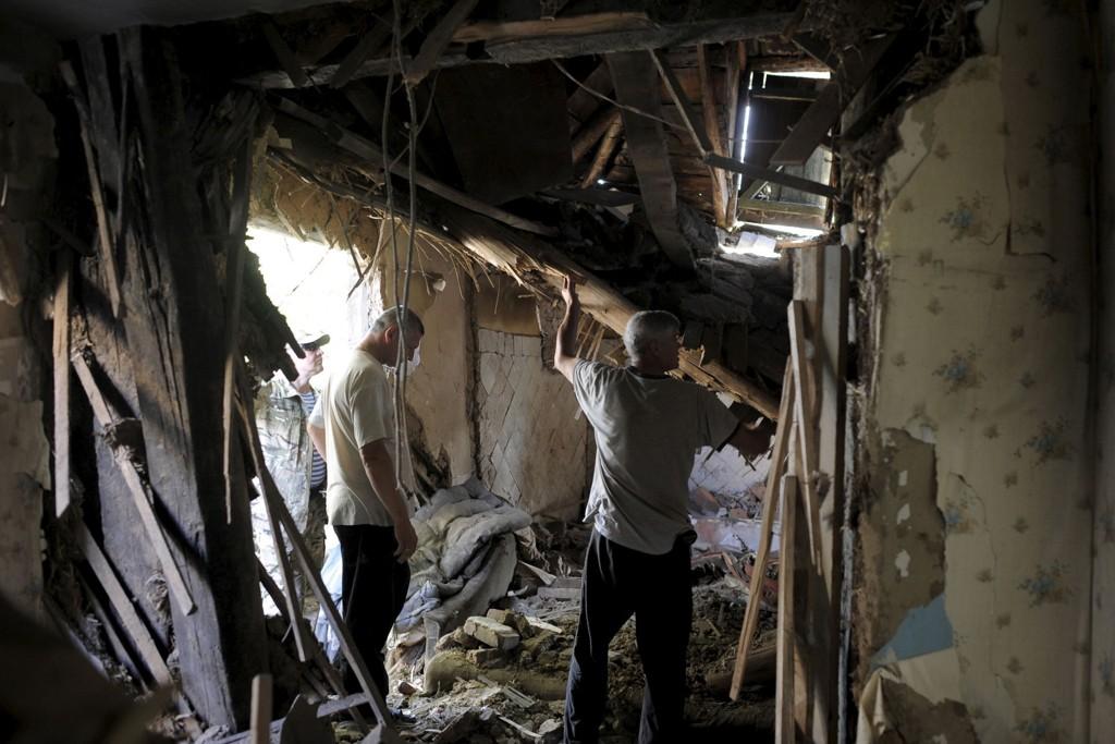 Innbyggere i Avdiika i Donetsk i en bygning som har blitt rammet av artilleriild.