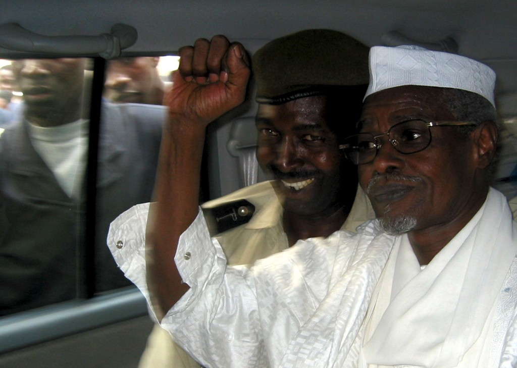 Tsjads ekspresident Hissene Habre (til høyre) fotografert i Senegal i 2005.