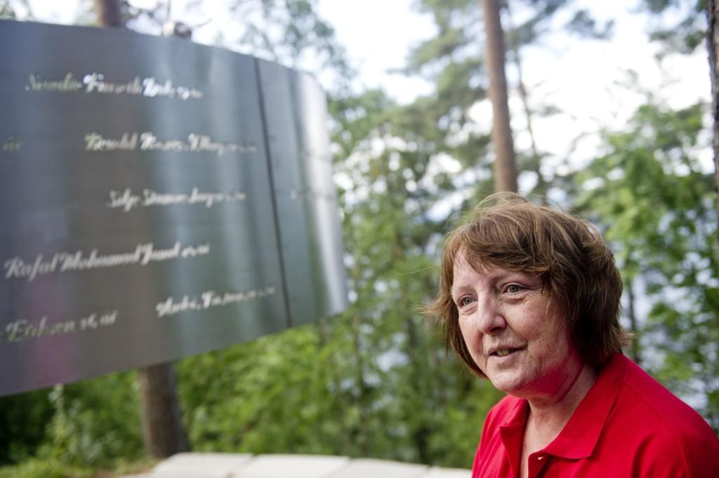 Leder for støttegruppa Lisbeth Kristine Røyneland foran det nye minnesmerket på Utøya.