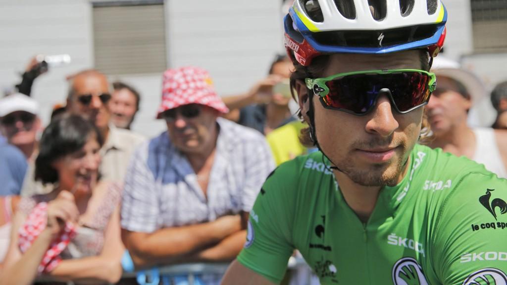 TRØBBEL: Peter Sagan hadde problemer under søndagens etappe i Tour de France. Verst gikk det ut over sportsdirektør Sean Yates som ble utestengt i en etappe pga. at en Tinkoff-mekaniker kastet en flaske mot en motorsykkel.