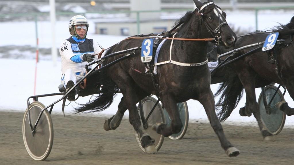 Edvard Kristiansen kjører vår frekke V65-banker på Leangen. Foto: R.J.Auran/hesteguiden.com