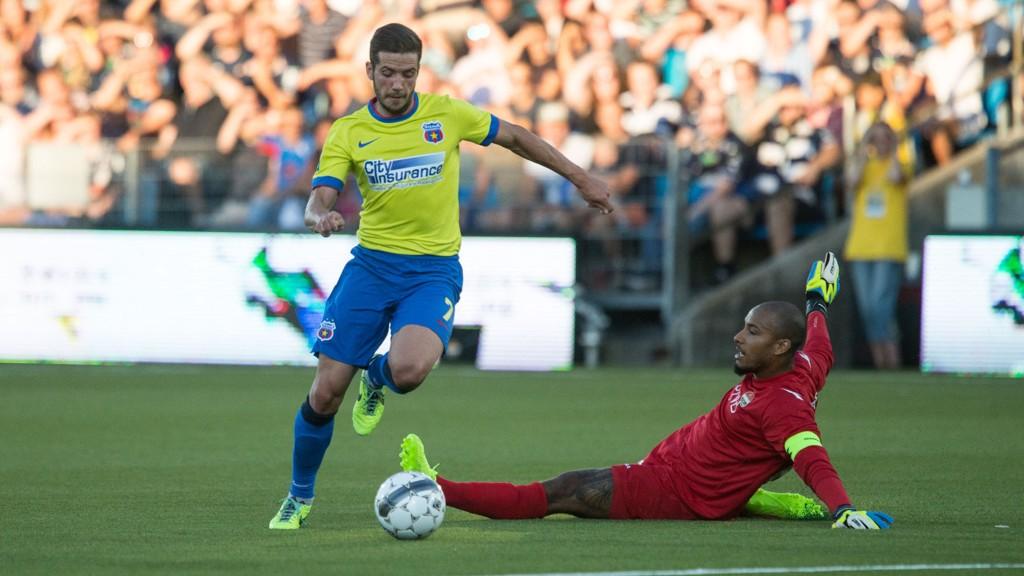 NEI NEI NEI: Adam Larsen blir utmanøvrert av en Steaua-spiller i møtet mellom sistnevnte og Strømsgodset forrige sesong.