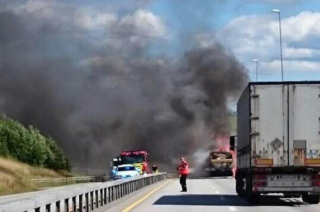 Dette bildet ble tatt av en RB-tipser da brannen drev på som verst. Foto: Kine Helene D Johannessen (Foto: Kine Helene D Johannessen )