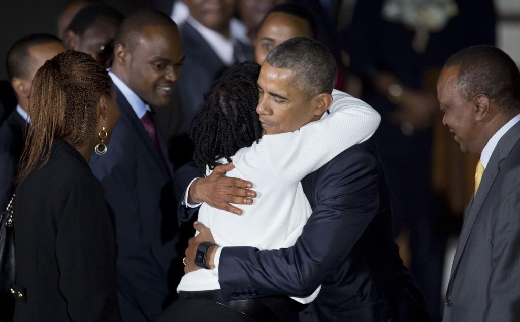 President Barack Obama møtte fredag kveld sin halvsøster Auma Obama da han landet ved Jomo Kenyatta internasjonale flyplass i Nairobi. Kenya's President Uhuru Kenyatta står til høyre i bildet.