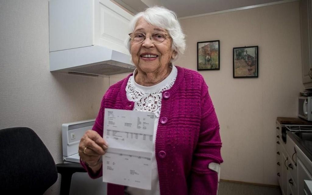 STØTENDE REGNING: Nora Weng (86) viser fram regningen hun fikk . – Jeg synes det er rart at de skal ha betalt for tre timers arbeid når de var her i underkant av en time, forteller hun.