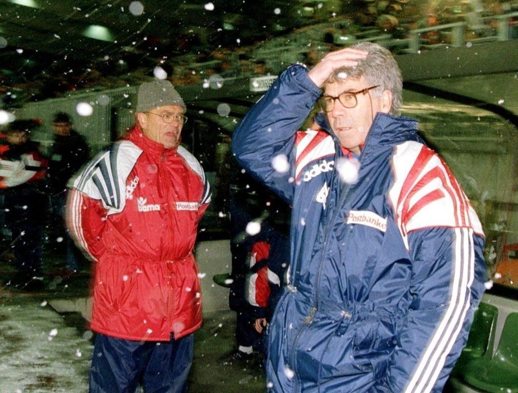 EM-KVALIK: Landslagstrener Egil «Drillo» Olsen viser sin skuffelse over spillet mot Luxembourg, i en EM-kvalikkamp vinteren 1995, med hjelpetrener Bjørn Hansen i bakgrunnen. Senere i EM-kvaliken ble landslaget slått ut etter uavgjort og tap for Tsjekkia.