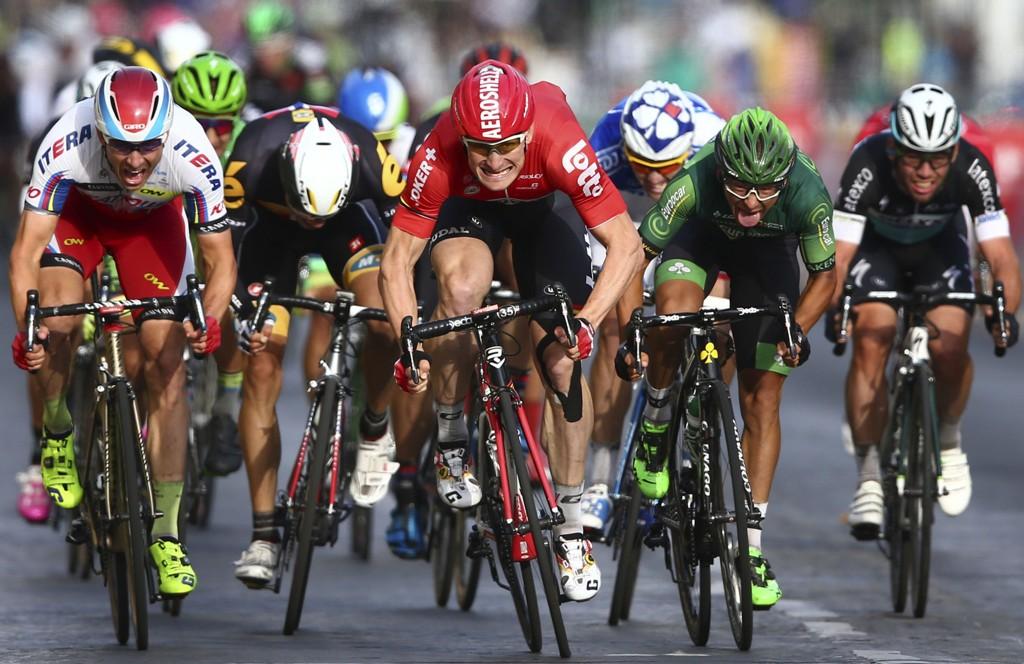 NESTEN: Alexander Kristoff (helt til venstre) ledet lenge på oppløpet, men hadde ikke krefter nok til å holde unna for Andre Greipel (i rødt) og Bryan Coquard (i grønt).