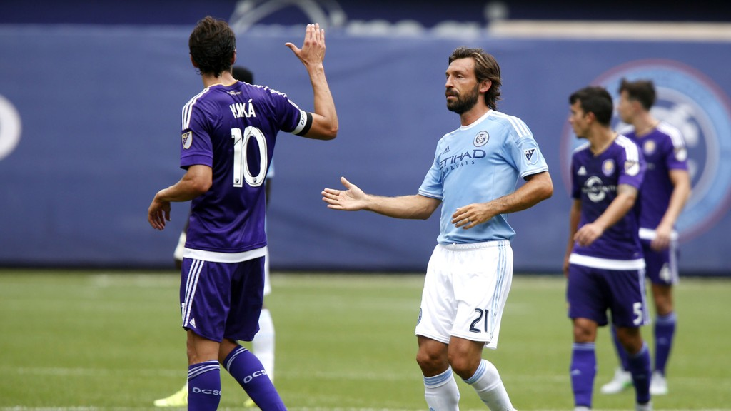 SUPERSTJERNER I MLS: Andrea Pirlo hilser på Kaka under sin debut for New York City FC.