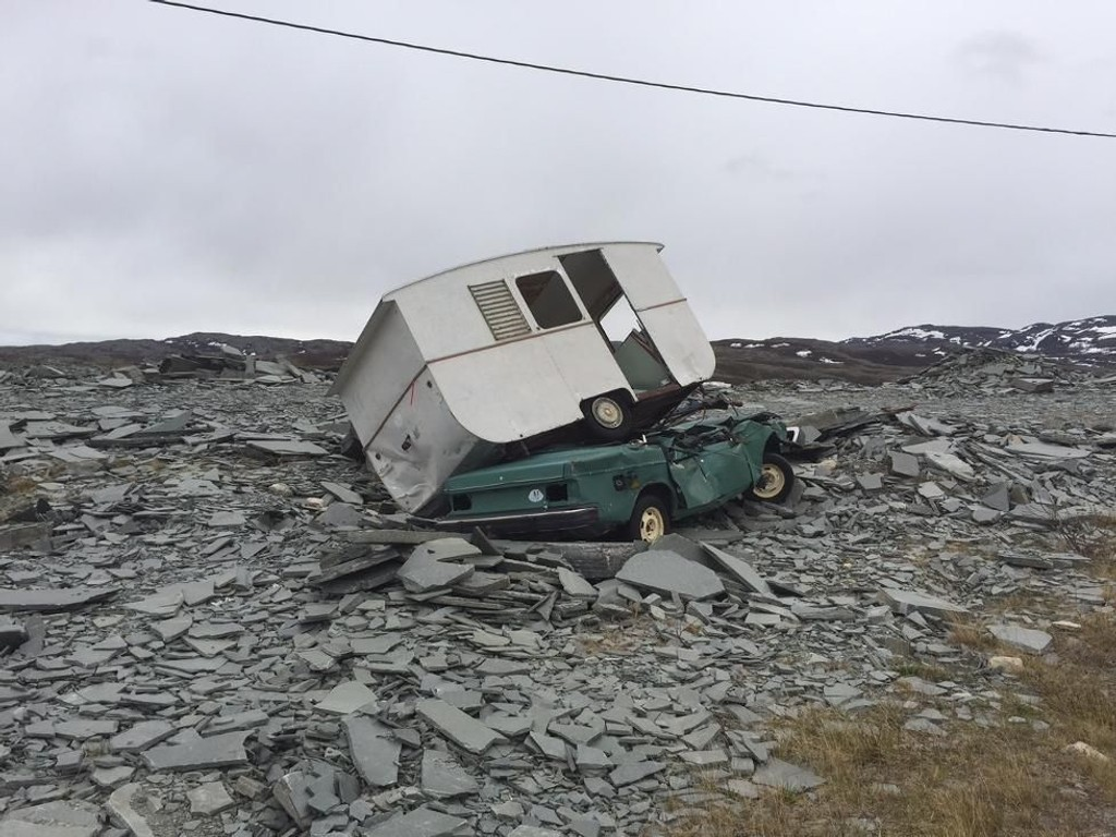 Alta Skiferbrudd SA har funnet alt fra busser til badekar og campingvogner i Altas skiferfjell. I tillegg står det biler med både batteri og olje, noe som kan være farlig.
