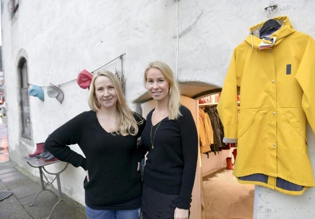 KUNDEFLOM: Det drypper også på Aksdal i Muren når sommeren er grå. Kristine (t.v.) og Synnøve Aksdal selger mye.