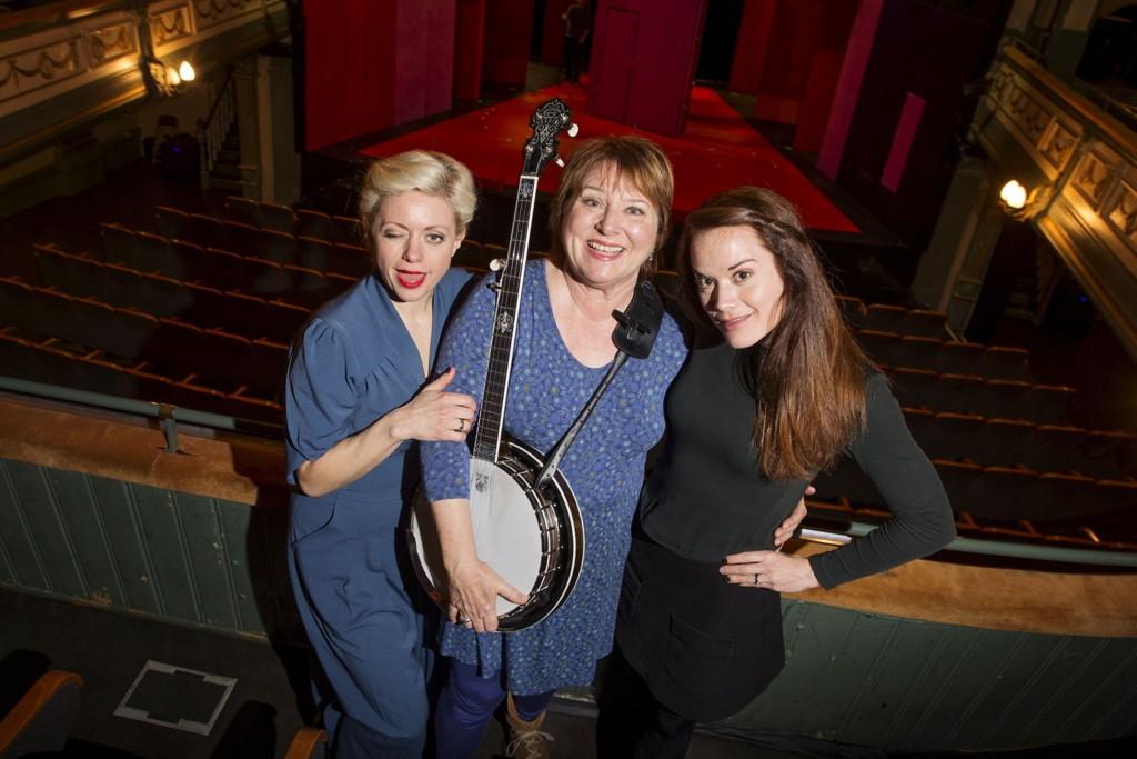 """NOE FOR ENHVER SMAK: Hilde Louise Asbjørnsens (t.v.) nye musikal """"Lulu"""" er først ut i Oslo Nye Teaters høstsesong. Her med Kari Svendsen, som dukker opp med Oslo-viser, og Henriette Faye-Schjøll som spiller i en Cohen-oppsetning."""