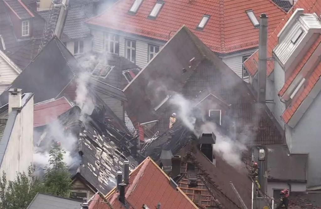 Brannen spredde seg til to andre hus i den tette bebyggelsen.