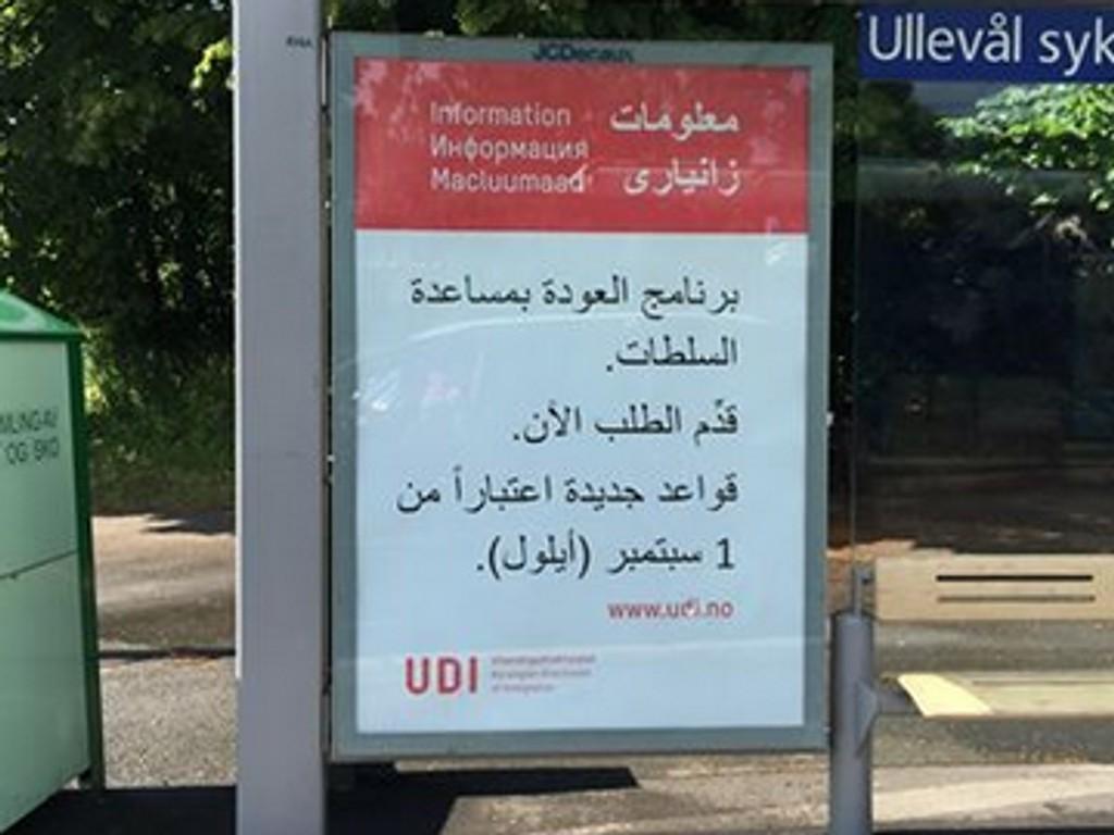 INFOKAMPANJE: Denne plakaten med arabisk skrift ved bussholdeplassen ved Ullevål sykehus, er en av mange som nå settes opp over hele landet.