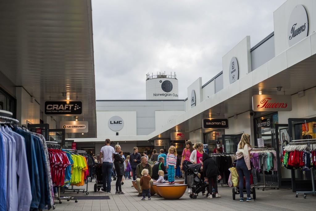 Oppgangen i detaljhandelen i juni kommer etter et markant fall på 3,4 prosent fra april til mai. Bildet viser folk som handler på Norwegian Outlet i gråværet tirsdag.
