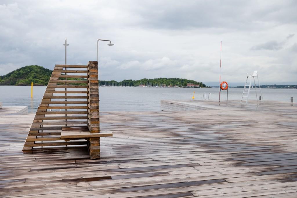 Skiftene vær og mangel på sommertemperaturer fører til mye ledig plass på Sørenga sjøbad i Oslo. Hovedøya kan skimtes i bakgrunnen