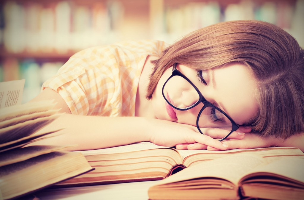 TRØTT: Det er lett å sovne når man sitter helt alene på kontoret. Det er tross alt ingen som merker det uansett? Foto: Colourbox