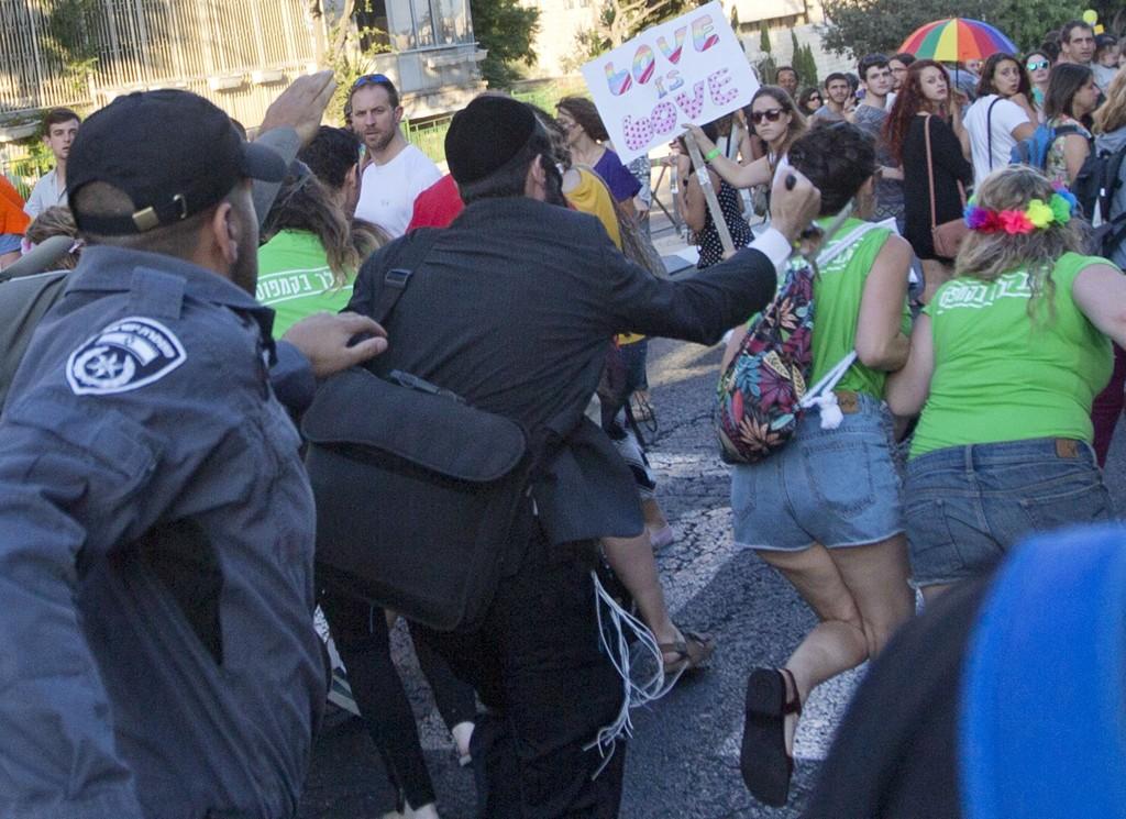 Flere mennesker ble knivstukket under en homoparade i Jerusalem torsdag kveld.